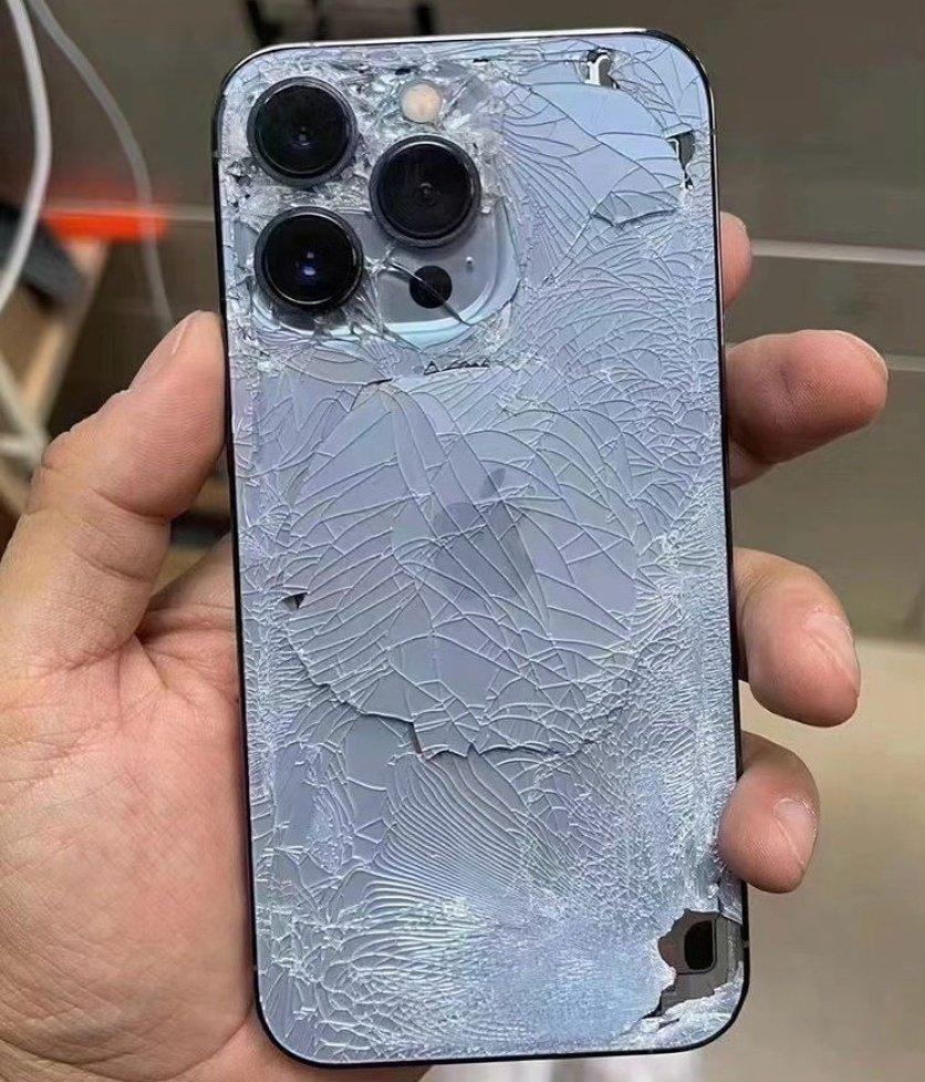 iPhone 13 Pro con el cristal roto en el día de su lanzamiento
