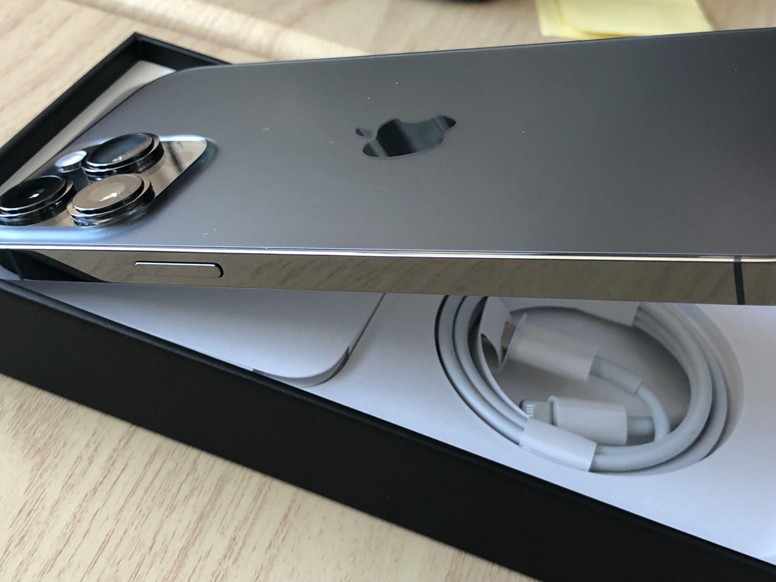 Caja del iPhone 13 Pro Max con el cable Lightning a USB-C